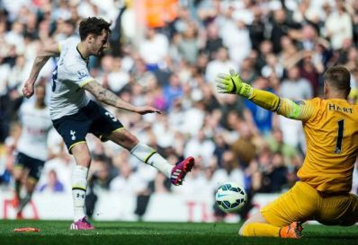 Spurs City - Ryan Mason shoots